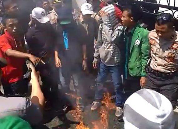 Aksi Turunkan Jokowi di Palu, Polisi Siram Mahasiswa dengan Air