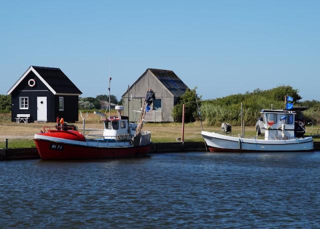 Rund um den Ringkøbing Fjord, Teil 2: Der Hafen und der Leuchtturm von Nørre Lyngvig. Auf Küstenkidsunterwegs nehme ich Euch mit in den Lyngvig Havn, den wir mit unseren Kindern im Dänemark-Urlaub besucht haben. Dort gibt es auch einen Shelterplatz sowie eine kleine Badestelle.