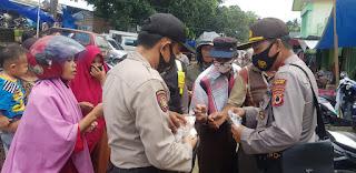 Laksanakan Operasi Yustisi Polsek Pitumpanua Bagikan Masker di Pasar Kaluku Siwa