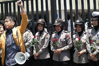 Tolak Bunga Mawar dari Polisi, Orator: Cinta Mereka Palsu!