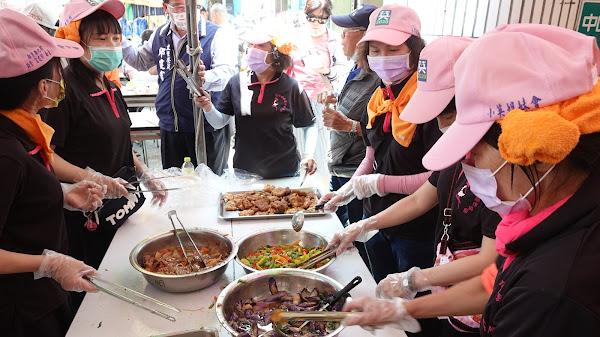邱建富服務團隊設點心站 平安餐提供信眾吃免驚