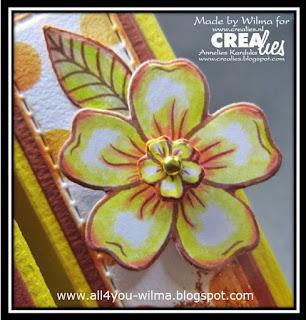 """Een andere close-up van een klein bloempje op een grotere bloem van de sets stempels en stansen van """"bloemen A"""". Another close-up of a small flower on a larger flower from the stamp and die sets of """"flowers A""""."""