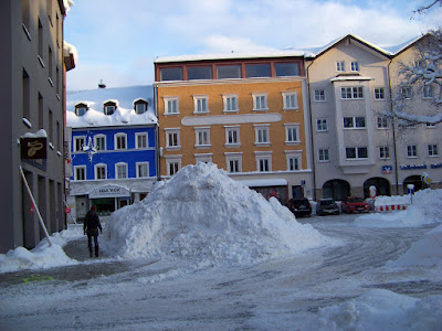 11. Januar 2019 am Maxplatz in Traunstein. Die Standardlösung der Traunsteiner Stadtverwaltung: Schnee von der Straße einfach auf dem Fußweg abladen.
