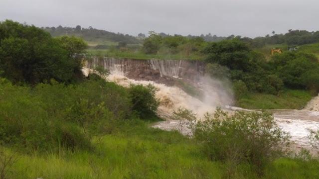 CHUVAS: Em Sairé, barragem rompe e volume de água desce com destino a Barra de Guabiraba e Cortês