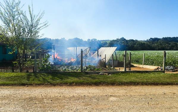 Incêndio destrói residência de idosos em Bela Vista do Toldo