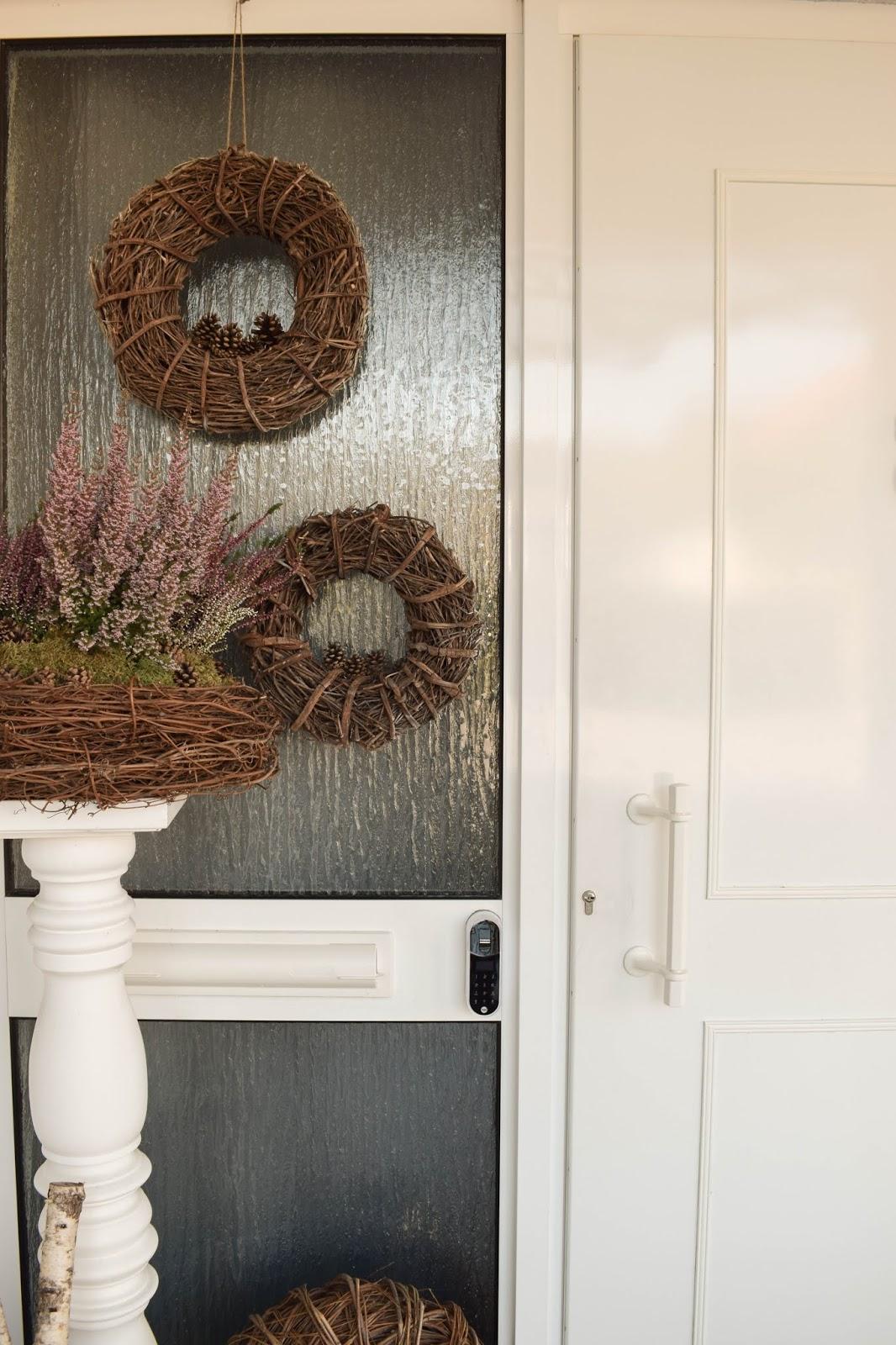 Yale Entr Smartlock: smartes Türschloss für Haustüre. Schliesssystem und intelligente Schliessloesung. Smart Home Ideen. Renovierung Tür, Eingang, Diele. Herbstdeko Dekoidee Herbst Kränze Eingang Tür natürlich dekorieren