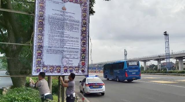 Heboh Spanduk Maklumat Polri Soal Corona di Jalan Tol, Netizen: Kalau Mau Baca Ini Pilihannya Cuman Dua Pak, Macet atau Nabrak