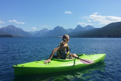Gadis memandangi pegunungan dengan kayak hijaunya