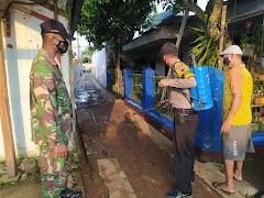 Kebersamaan TNI Polri Bersama Pemdes Subah Semprotkan Disinfektan Cegah COVID-19