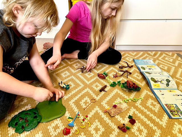 2 children looking at the instructions for building the Playmobil Orangutan tree