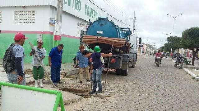 Prefeitura e Secretaria de Obras de Amparo iniciam limpeza de esgotos no município