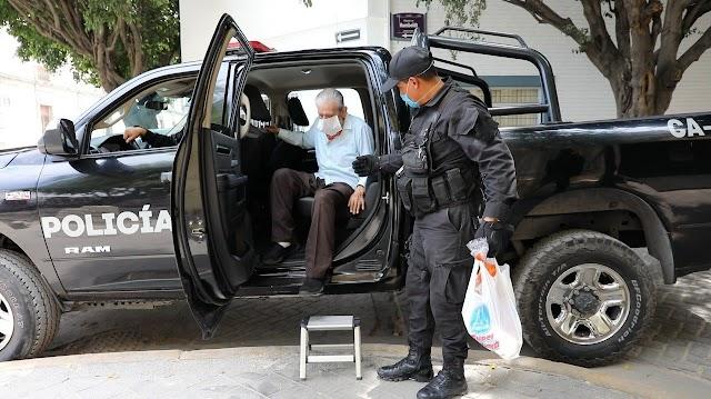 Policías viales y preventivos apoyan a personas adultas mayores en traslados