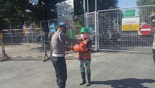 Polsek Soeta bagikan Sembako Kapolres ke Cleaning Service Pelabuhan Makassar