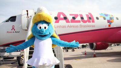 Smurfette em avião rosa da Azul Linhas Aéreas