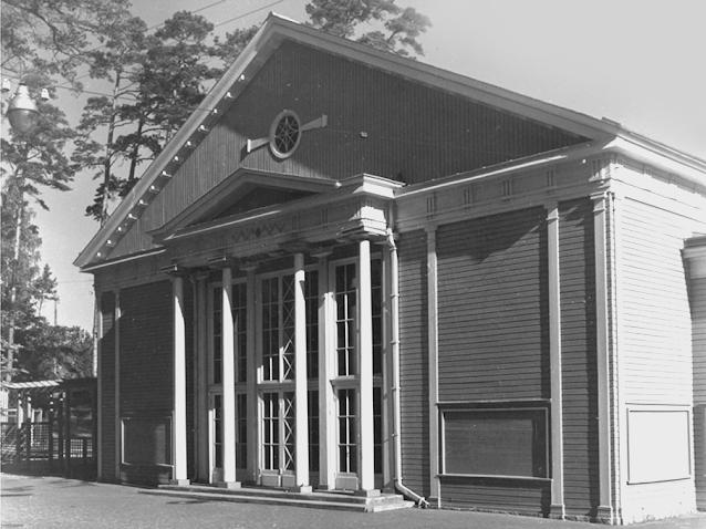 Концертный зал «Дзинтари». Архитекторы: А. Бирзениекс и В. Мелленберг, художник: А. Цирулис. Открыт 25 июля 1936 года