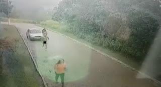'Peladão' é flagrado por câmera tentando atacar mulher, mas acaba preso