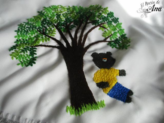 Orilla tejida con ganchillo en forma de oso.