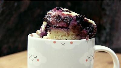 mug cake de arándanos, en 2 minutos en el microondas