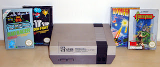 Imagen con la NES en corea, llamada Hyundai Comboy. Es idéntica a la NES pero con textos en coreano. En la foto podemos ver cuatro cartuchos: Rad Racer, Balloon Fight, Castlevania y To the Earth