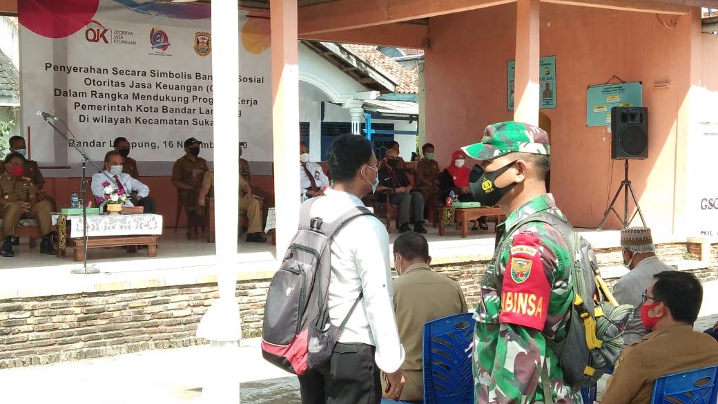 Babinsa Koramil 410-01/Panjang, memonitor jalannya kegiatan  pemberian bantuan dari Otoritas Jasa keuangan (OJK)