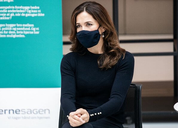 Crown Princess Mary wore round-neck sweater with pearl cuff from Zara. Autumn spring long trenchcoat wool, green single breasted formal coat