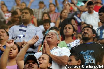 Evangélicos hondureños orando en estadio