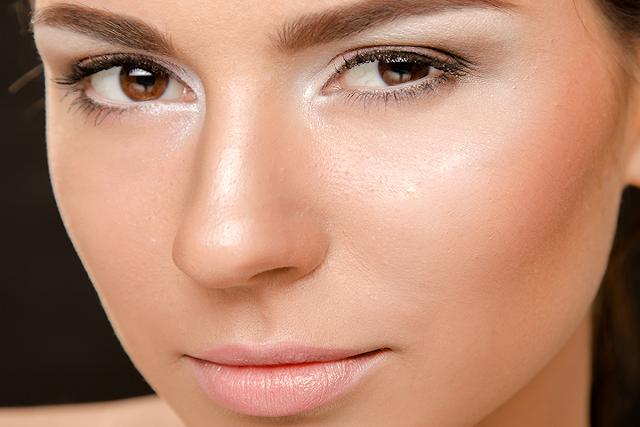 6 erros para evitar na hora de aplicar iluminador no rosto