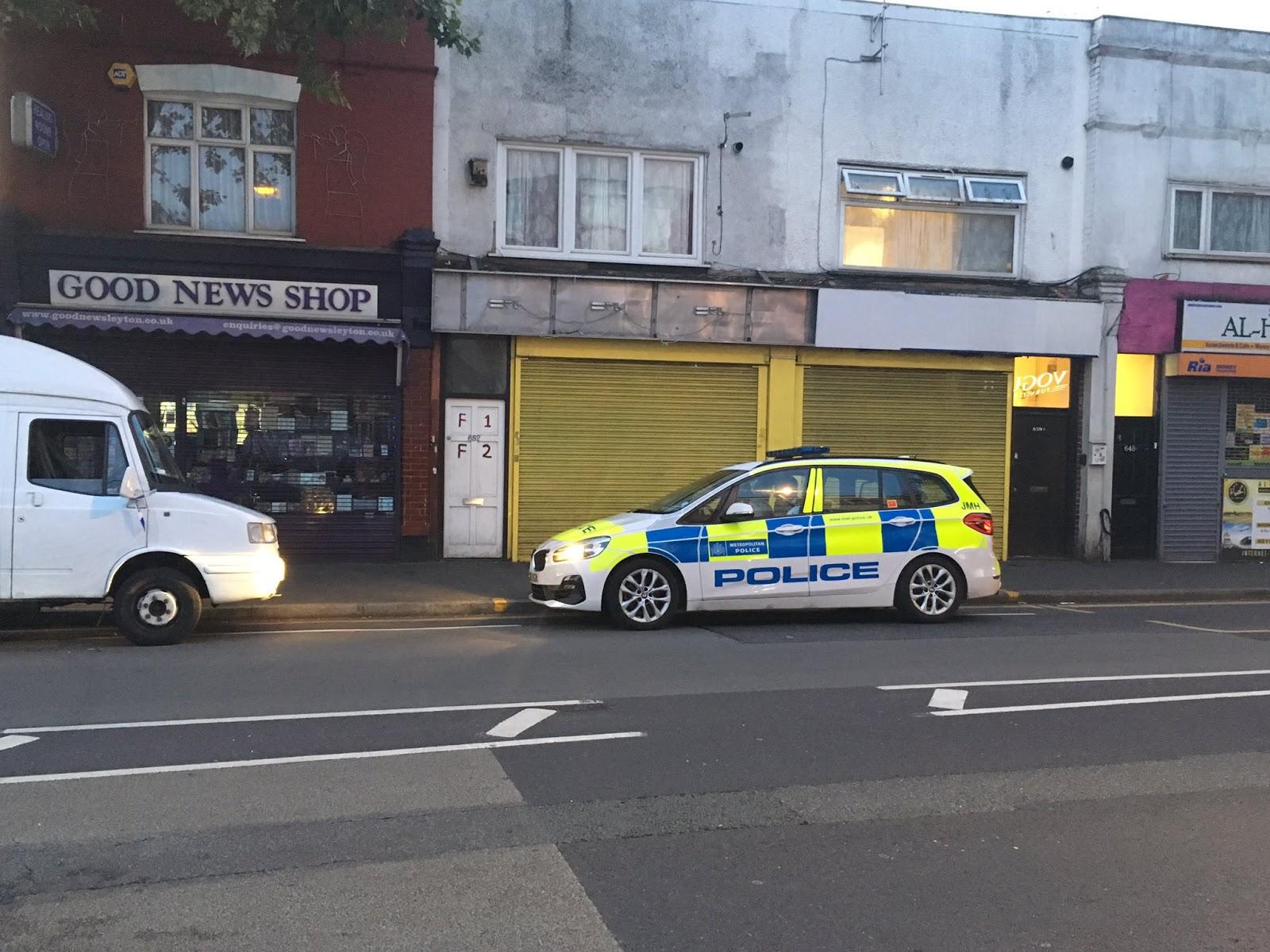 Policistam Londonā uzbrūk ar mačeti