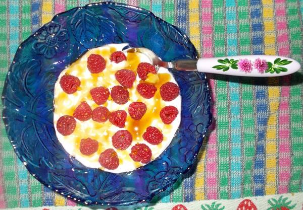 Ideia de lanche rápido e saudável com iogurte e framboesa