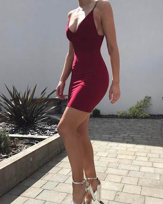 vestido pegado al cuerpo rojo vino tinto con escote