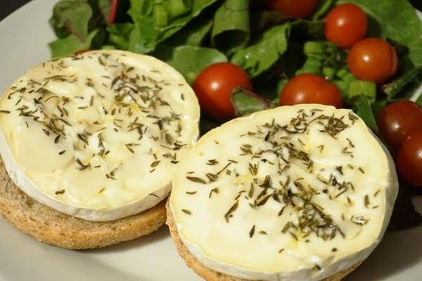 pieczony ser camembert i sałatka z buraka liściowego z pomidorkami i grzankami i olejem lnianym