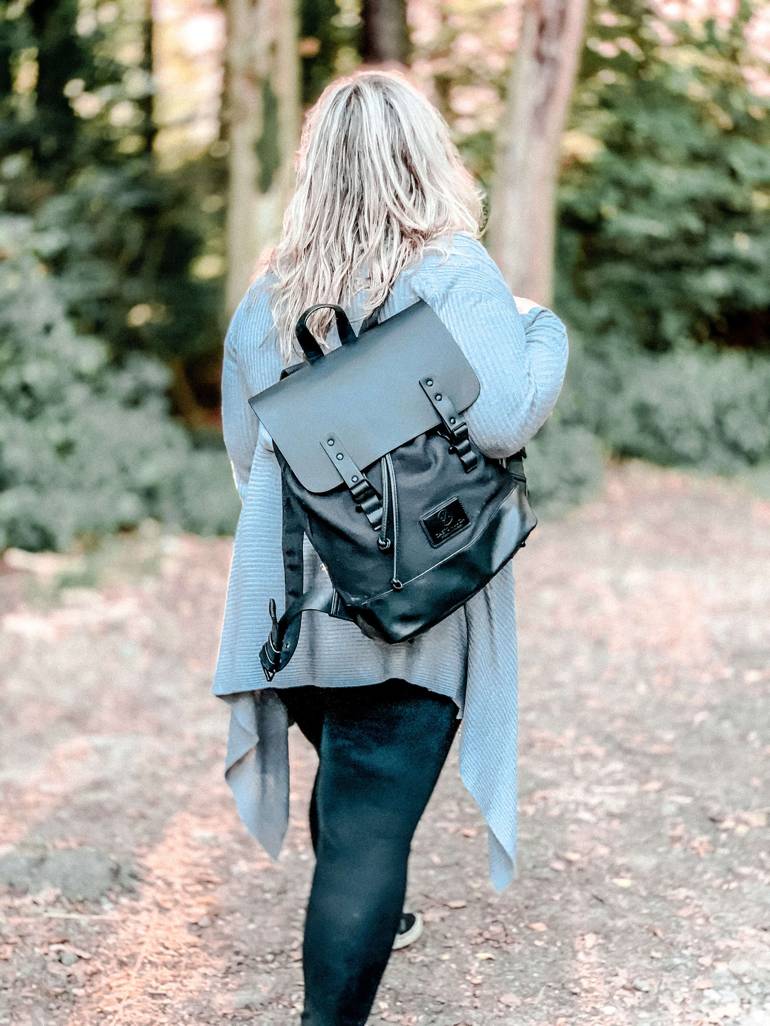 Jak nosić czarny plecak? Gaston Luga