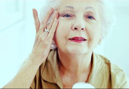 كيفيه العنايه بالبشره لكبار السن