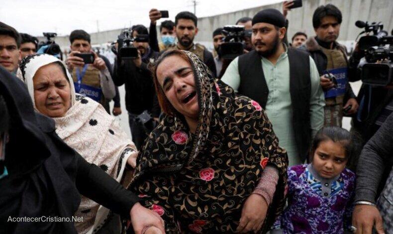 Mujer afgana llora tras ataque de los talibanes
