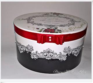 Pudełko na prezenty ślubne – czerwona róża, czerwona wstążka i perłowe reliefy.Decoupage