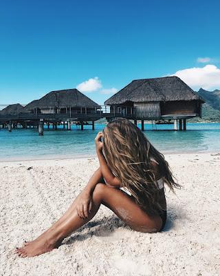 pose sentada en la playa