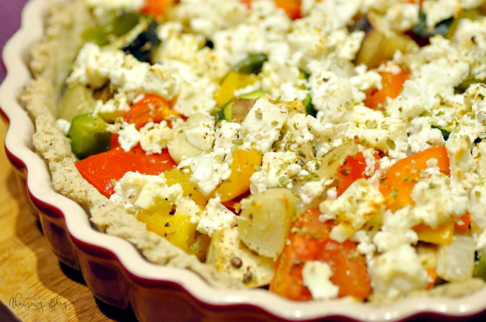 Tarta z fetą i pieczonymi warzywami.
