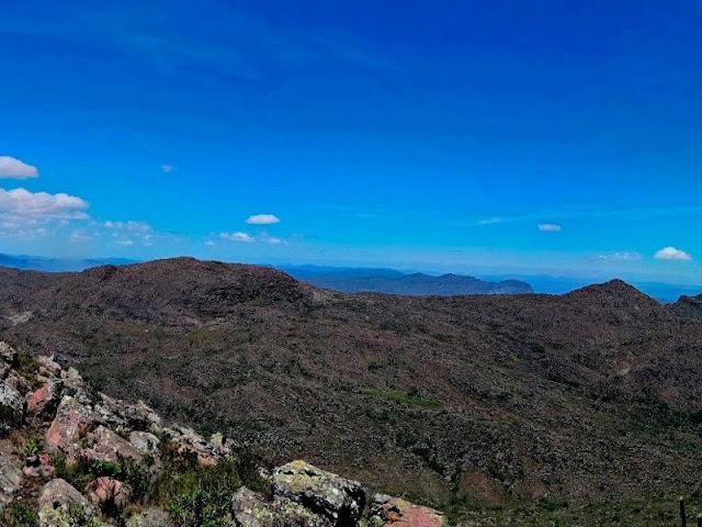 Pico dos Frios, cume oeste à esquerda e leste à direita (Foto: Orlandinho Barros)