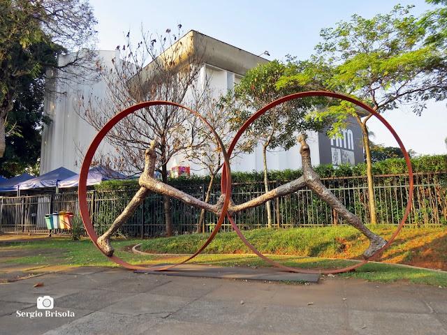 Fotocomposição com o jardim e escultura do MuBE e o MIS ao fundo - Jardim Europa - São Paulo