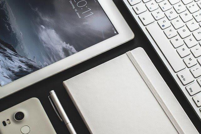 タブレットとキーボードの画像写真