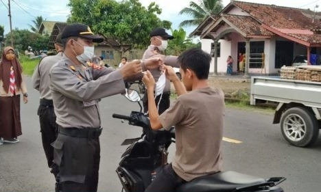 Polsek Pagelaran Bagikan Masker dan Takjil ke Pengguna Jalan