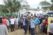 Bupati Aceh Timur Arungi Banjir Demi Salurkan Sembako Ke Pengungsi