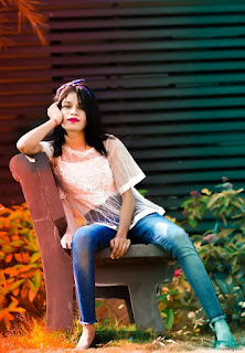 Single Photo Pose For Girl Sitting On Bench