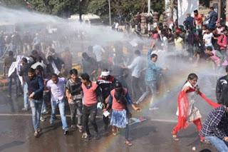 दारोगा भर्ती में गड़बड़ी के आरोप में अभ्यार्थियों का प्रदर्शन, पुलिस ने भांजी लाठियां