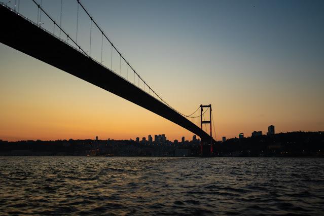 Ponte-Crociera al tramonto Turyol sul Bosforo-Istanbul
