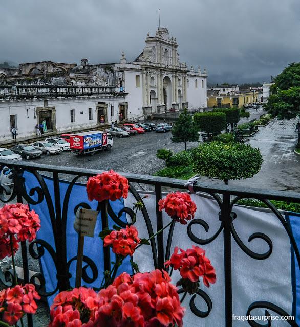 Catedral de Antigua Guatemala vista do balcão do Palácio del Ayuntamiento