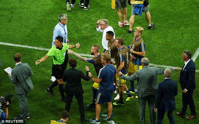 Bị khiêu khích, Thụy Điển lao vào choảng nhau với Đức 1