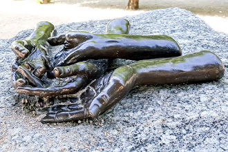 Paris : The Welcoming Hands, une oeuvre de Louise Bourgeois - Terrasse du Jeu de Paume - Jardin des Tuileries - Ier