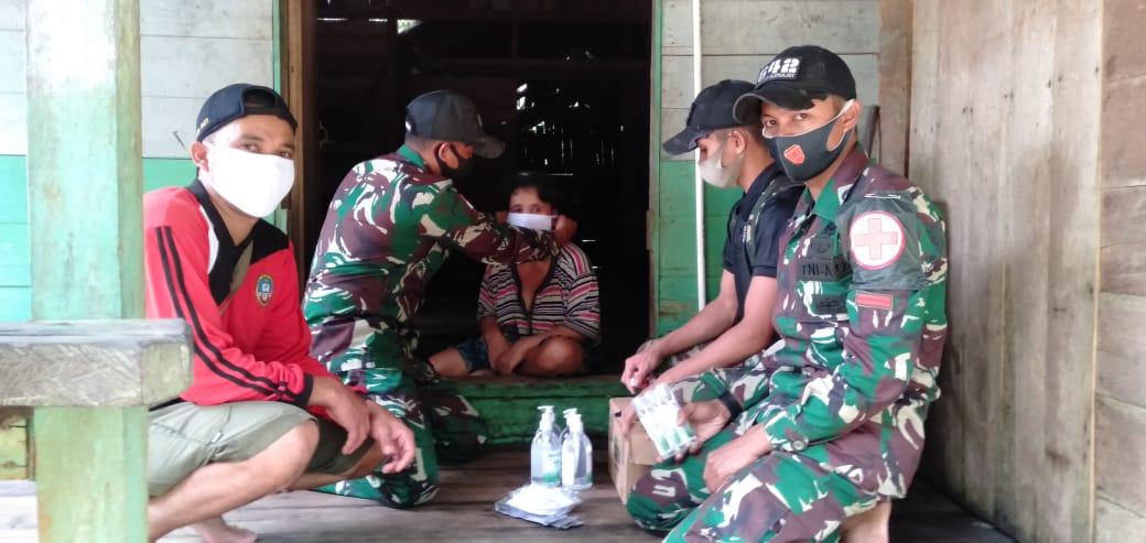 TNI Bagikan Masker dan Vitamin Di Daerah Perbatasan
