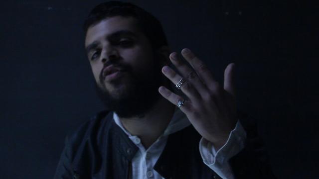 """Em novo single, Simas descreve o mundo com """"Dois Dedos"""""""